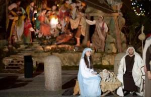 Une crèche napolitaine géante figurant la naissance de Jésus à Bethléem a été inaugurée mardi sur la place Saint-Pierre à Rome et une lumière pour la paix allumée au nom du pape François, marquant le début des festivités de Noël au Vatican. - Filippo Monteforte AFP